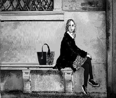 una ragazza che aspetta
